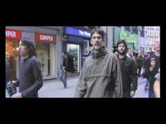 """Vetusta Morla - """"Un día en el mundo""""    Este vídeo fue realizado mientras los chicos caminaban rumbo a presentarse en el FNAC de Madrid, es decir 5min antes, en un gran plano secuencia. Genial!"""