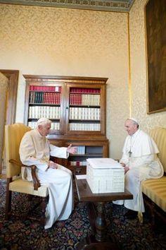 23 mars 2013 : rencontre historique! Un passage de témoin sans précédent dans l'histoire : le Pape François a rencontré Benoît XVI à Castel Gandolfo.   45 minutes d'entretien privé...