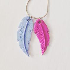 Fimo-Anhänger als Federn mit dem Namen der Kinder || polymer clay jewelry feathers