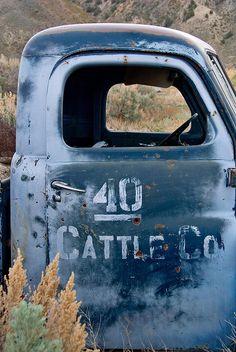 Country Living ~ old pickup Classic Chevy Trucks, Classic Cars, Pull Bleu Marine, Le Grand Bleu, Bleu Pale, Pompe A Essence, Bleu Indigo, Mood Indigo, Old Pickup