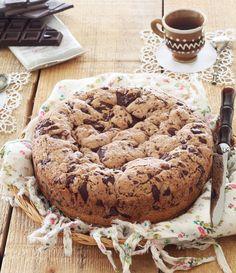 Torta cookie senza glutine. Frolla morbida, cioccolato fondente e Nutella per questa torta golosa e facilissima da preparare. In 10 minuti sarete pronti ad infornare! Perfetta per colazione e merenda, è stata preparata senza mix, ma con sole farine naturalmente prive di glutine.