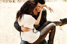 taylor lautner & kristen stewart photo shoot. love her leggings and his smile. :)