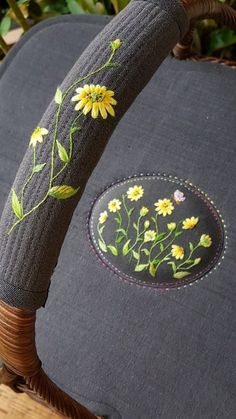 Jacobean Embroidery, Embroidery Patterns, Hand Embroidery, Lazy Daisy Stitch, Creative Embroidery, Brazilian Embroidery, Jewelry Art, Delicate, Textiles