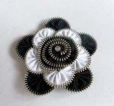 Floral Brooch zipper, black and white / Zipper Pin - Approx 8 cm -eco friendly, recycled jewelry Zipper Bracelet, Zipper Jewelry, Metal Jewelry, Zipper Flowers, Felt Flowers, Fabric Flowers, Felt Flower Tutorial, Bow Tutorial, Zipper Crafts