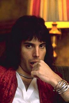 F⃒R⃒E⃒D⃒D⃒I⃒E⃒ M⃒E⃒R⃒C⃒U⃒R⃒Y⃒ Net Worth: $100 Million ➖British singer-songwriter and musician Freddie Mercury has an estimated net worth of $100 million. He is best associated with the Queen, a rock band where he served as the lyricist and lead vocalist. Freddie Mercury was born as Farrokh Bulsara on September 5, 1946 in Stone Town, Zanzibar which is now known as Tanzania.
