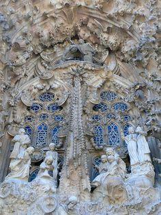 Detail of statues decorating the Sagrada Familla, Barcelona, Catalunya, Spain. Gaudi Barcelona, Barcelona Catalonia, Barcelona Travel, Beautiful Architecture, Beautiful Buildings, Art And Architecture, Art Nouveau, Antonio Gaudi, Greek Statues