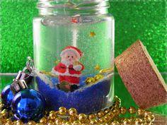 Vela Gel feita com parafina especial e decorada com papai noel de resina e decoração natalina.