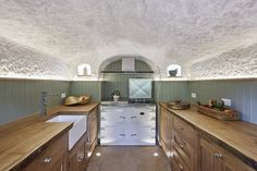 Koupil více než 800 let starou jeskyni. Přetvořil ji na dokonalé bydlení.