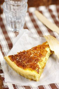 The French and irresistible onion tart Onion Recipes, Veggie Recipes, Cooking Recipes, Vegetarian Recipes, Bread Recipes, Empanadas, Carmelized Onion Tart, Yummy Drinks, Yummy Food