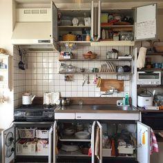 賃貸物件にありがちな古いキッチンにお困りのあなた! シンク下にある収納スペースを、上手に使う収納術をご紹介します。高さがあるのに排水管のせいで空間が凸凹…、使いづらかったシンク下が素敵に生まれ変わりますよ♡