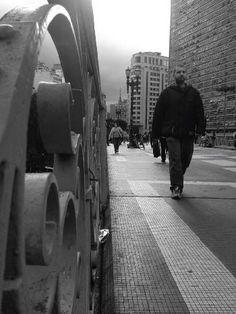Viaduto do Chá em São Paulo, SP - Mariana Vicente - Tirei essa foto com aspecto artístico pois centralizei o foco da foto no detalhe da barra do viaduto.