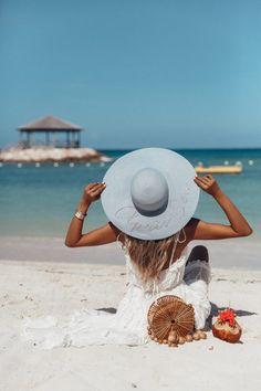 Beach Photography Poses, Beach Poses, Beach Foto, Beach Bag Essentials, Viva Luxury, Amazon Prime Day, Summer Photos, Beach Pictures, Belle Photo