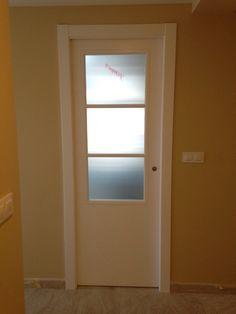 #puerta #lacada en blanco #vidriera con #cristal mate