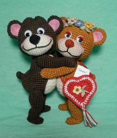 Dieses Bären-Paar ist super für den Valentinstag, als Deko, zum Spielen, Kuscheln, Liebhaben +,als Häkelprojekt für lange Abende. Hol Dir die Anleitung.