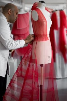 The pleated dress from the Dior haute couture fashion show step by step - The stages of the design of the pleated dress of the Dior haute couture show - Dior Haute Couture, Couture Week, Couture Christian Dior, Style Couture, Couture Details, Fashion Details, Fashion Sewing, Diy Fashion, Ideias Fashion