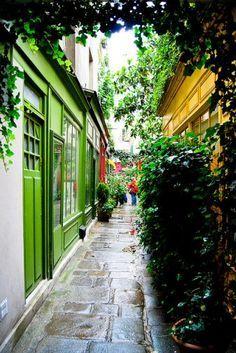 Suivre un petit itinéraire à travers les passages couverts,où flotte encore le parfum d'une autre époque. Dans un Paris sans trottoirs ni électricité, le passage dallé bordé d'échoppes