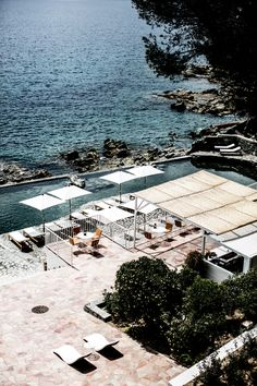 The hotels of the summer 2017 Les Roches Rouges in Saint-Raphaël Places Around The World, Around The Worlds, Places To Travel, Places To Go, Travel Destinations, Weekend France, Minimal Travel, Hotels In France, Long Week-end