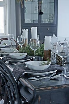 Med mest gammelt og litt nytt (les: bordet), har jeg dekket et julebord. Med servietter i lin og einer plukket i hagen, får borddekking...