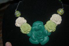 Collar rosas de piel en verde y beige