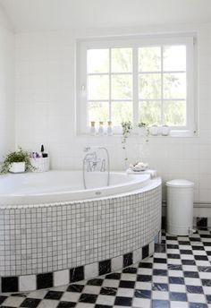 RENT KLASSISK: Dette badet er klassisk innredet. Det meste er hvitt, bortsett fra det sjakkrute-mønstrede gulvet.