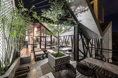 Completed in 2017 in Văn Quán, Vietnam. Images by Hyroyuki Oki. While a house full of steel frame may sound dry and heavy, the impression of An'garden café comes from impromptu hanging plant pots, conjuring up a... Cafe Industrial, Industrial Restaurant, Industrial Bedroom, Industrial Living, Cafe Restaurant, Industrial Wallpaper, Industrial Closet, Industrial Bookshelf, Industrial Windows