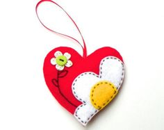 Heart ornament kit, DIY felt flowers on hearts ornament kit - Fabric Crafts Trend Felt Embroidery, Felt Applique, Felt Keychain, Felt Christmas Ornaments, Diy Ornaments, Felt Decorations, Heart Crafts, Felt Brooch, Felt Patterns