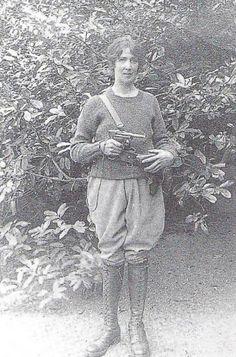 Cumann na mBann but not in uniform as prescribed by the organization. Cumann na mBann uniforms had skirts. Ireland 1916, Ireland Map, Women In History, Art History, Irish Independence, Irish Republican Army, Easter Rising, Erin Go Bragh, Irish Eyes Are Smiling