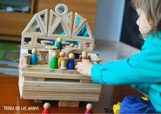 ¿POR QUÉ ES IMPORTANTE JUGAR A CONSTRUCCIONES? Existen muchísimos artículos acerca de los beneficios de jugar a construcciones. Creo que, en general, todos sabemos que jugar con bloques estimula la motricidad fina, la coordinación mano ojo, razonamientos matemáticos, la lógica espacial… Por no hablar de otros beneficios menos tangibles como el estímulo de la creatividad y la tolerancia a la frustración (no es fácil querer construir una torre y que se te caiga, ¿verdad?). Pero además de todos…