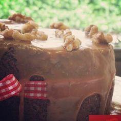 """Apple Fudge: """"Nuestra torta favorita"""" humeda y hermosa; de manazana caramelizada, nueces de nogal un toque de chocolate y bañada en caramelo derretido"""