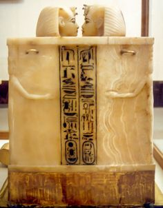 Cairo, Egyptisch museum  Alabasten urnen met de ingewanden van Toutachamon. Negatief bewerkt.