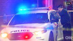 Un policía de Filadelfia revisa la patrulla en la que una agente fue herida por…