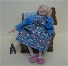 Old Dear Napping Scale Handmade Ooak Character Doll by Joy Cox of Adora Bella Minis. Dollhouse Dolls, Miniature Dolls, Dolls House Figures, Doll House People, Paper Mache Crafts, Polymer Clay Dolls, Tiny Dolls, Doll Head, Felt Dolls