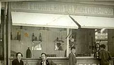 Churrería El Timón,en principio tenían un puesto ambulante, en invierno levantaban la barraca,la guardaban en la Plaza de toros ,y se dedicaban a las castañas;Abrió esta de Riazor ,aprovechando que el Estadio Municipal estaba de estreno,y allí tenía una rueda para bajar el émbolo de la masa con forma de timón,de ahí el nombre. Esmorís, en 1945, en el interior de su caseta en Riazor