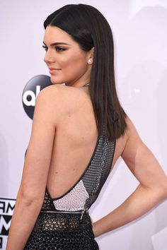 The Blunt Midi Cut worn by Kendall Jenner has no layrers and is just a straight across cut with feathering at the ends.
