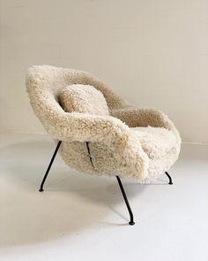 Superior Eero Saarinen Womb Chair in California Sheepskin Home Furnishing Stores, Home Furnishings, Poltrona Design, Womb Chair, Egg Chair, Eero Saarinen, Saarinen Chair, Interior Decorating, Interior Design