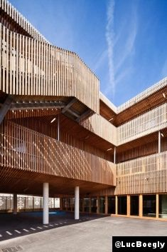 Le Courrier de l'Architecte | A Saint-Denis, Vincent Parreira signe une école mordorée