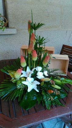 Basket Flower Arrangements, Tropical Floral Arrangements, Altar Flowers, Modern Flower Arrangements, Church Flowers, Deco Floral, Arte Floral, Floral Design, Simple Flowers