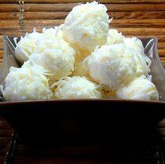 "Bolitas de ""nieve"" de queso crema, coco y piña.  //  Snowballs made of cream cheese, coconut, and pineapple."