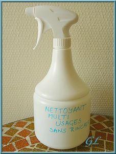 Spray dégraissant désinfectant multi-usages Pour 1 litre de produit: - 1 cs bombée de bicarbonate de soude, - 3 cs de vinaigre blanc, - 5 gouttes d'HE Tea Tree, - 10 gouttes d'HE de citron, - 1L d'eau chaude. 1) Verser le bicarbonate dans le bidon et ajouter l'eau. Fermer la bouteille et secouer énergiquement. 2) Laisser refroidir le mélange. 3) Mélanger dans un verre le vinaigre et les HE, ajouter dans le bidon et agiter.