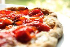"""pizza aux tomates cerises """"confites"""" et thym citron  http://sofvousinvite.blogspot.fr/2013/05/pizza-aux-tomates-cerises-confites-et.html"""