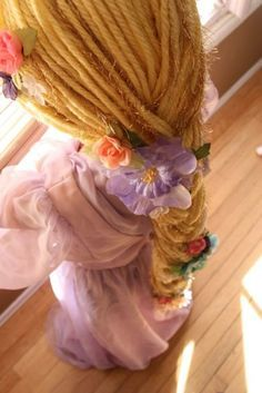 Tutorial to make your own Rapunzel wig. There are a lot of little girls I know who will be this for Halloween, so hopefully their moms see this pin! <-- Forget about little girls, i'll make it for me! Holidays Halloween, Halloween Kids, Halloween Crafts, Halloween Tutorial, Tangled Birthday, Tangled Party, Tangled Costume, Rapunzel Wig, Yarn Wig