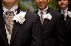 Aunque el traje clásico es el mismo, el novio usa una corbata que lo distingue.