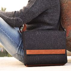 He encontrado este interesante anuncio de Etsy en https://www.etsy.com/es/listing/208980822/felt-messenger-bag-with-leather-details