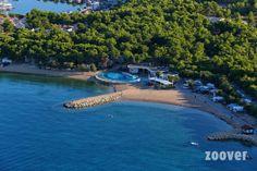 Avoir les pieds dans l'eau et dans la forêt en un clin d'oeil c'est possible ! Ne serait ce pas la Croatie....? http://www.zoover.fr/croatie/dalmates/sibenik/solaris-beach-resort/camping/photos?page=1&photoId=2082553