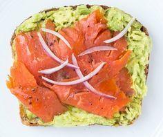 desayuno saludable para bajar de peso Pan tostado con salmón ahumado