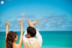ビーチで撮るウェディングフォト*何度見てもやっぱり素敵…♡♡最近はハネムーン旅行ついでに撮れる*ウェディングフォト*が流行ってるんです*せっかく撮るんだったら、オシャレに可愛く残したい♪そんなビーチでのウェディングフォトアイデアを集めてみました◇ Wedding Strawberries, Pre Wedding Poses