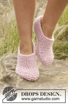 Knitted DROPS slippers in garter st in Eskimo. Size 35-42 Free pattern by DROPS Design.