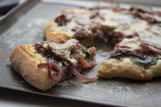 Pizza à l'agneau, aux oignons caramélisés et au cheddar fort   http://www.noisetteetciboulette.com/pizza-a-lagneau-aux-oignons-caramelises-cheddar-fort/