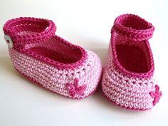 *Süße Baby-Schuhe für den Frühling aus hochwertiger Baumwolle mit Perlmutt-Knöpfen.*