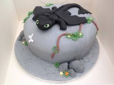 How to Train Your Dragon Cake by Lisa Warrant ...and some tips, if you want to try this yourself!
